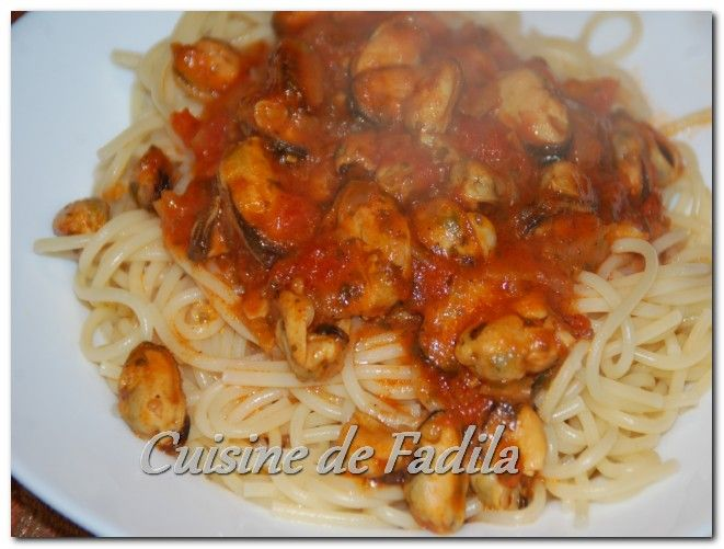 spaghetti aux moules et sauce tomate cuisine de fadila. Black Bedroom Furniture Sets. Home Design Ideas