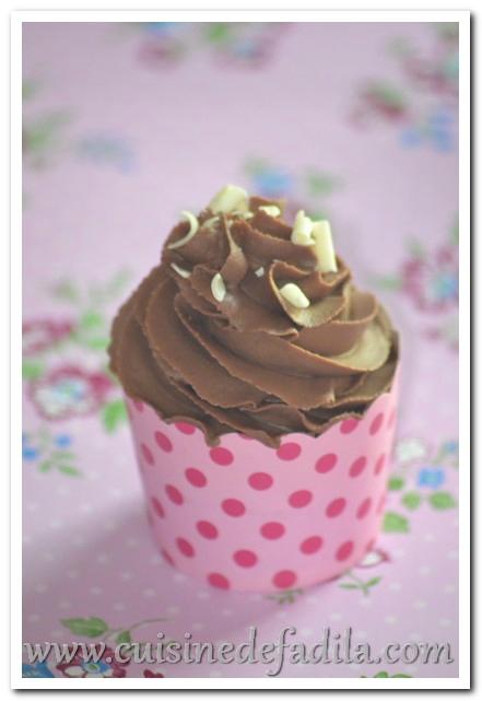 cupcakes au chocolat et ganache mont 233 e au chocolat au lait
