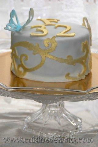 un gâteau d'anniversaire élégant